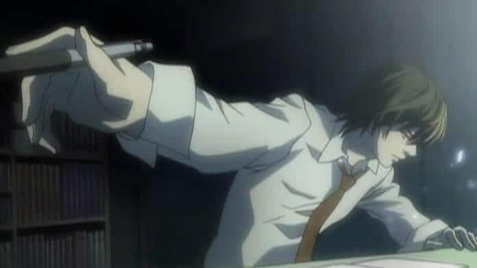 Light Yagami escrevendo no Death Note