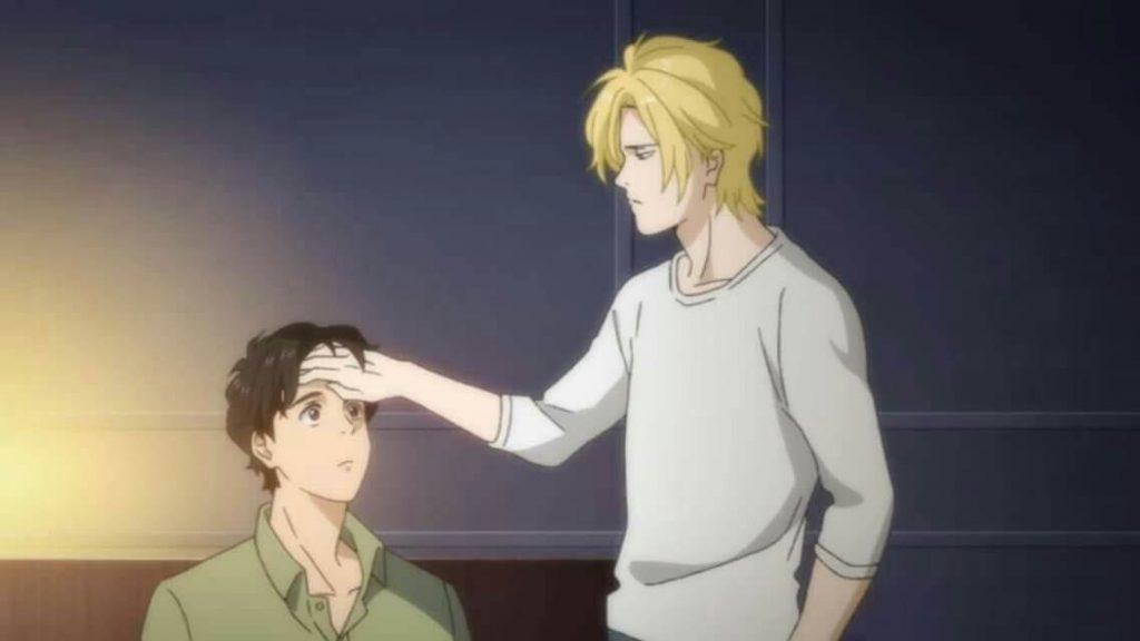 Ash com a mão na cabeça de Eiji, em Banana Fish