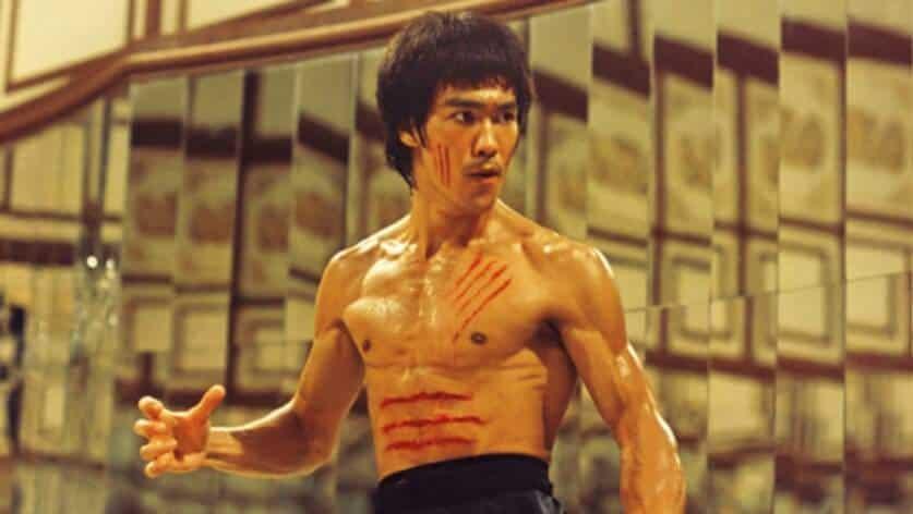 Bruce Lee, todo arranhado em um filme