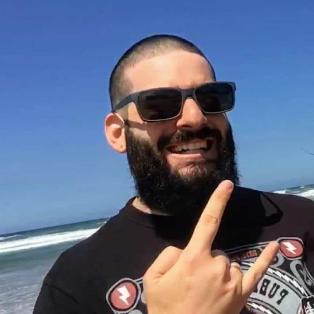 Hugo autor Cúpula do Trovão na praia