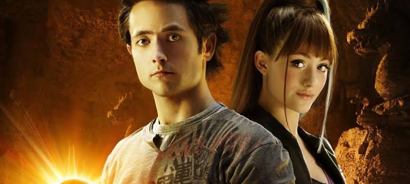 Dragon Ball Evolution com protagonistas olhando para frente