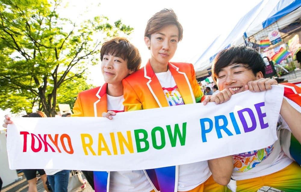 Pessoas segurando uma faixa da Tokyo Rainbow Pride