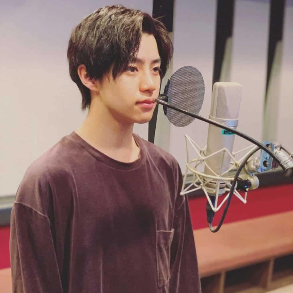 Kotaro Daigo voz de Hodaka em Tenki no Ko com cara séria