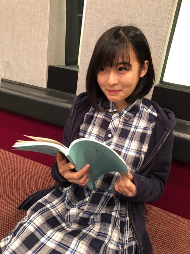 Nana Mori voz de Hina em Tenki no Ko sorrindo