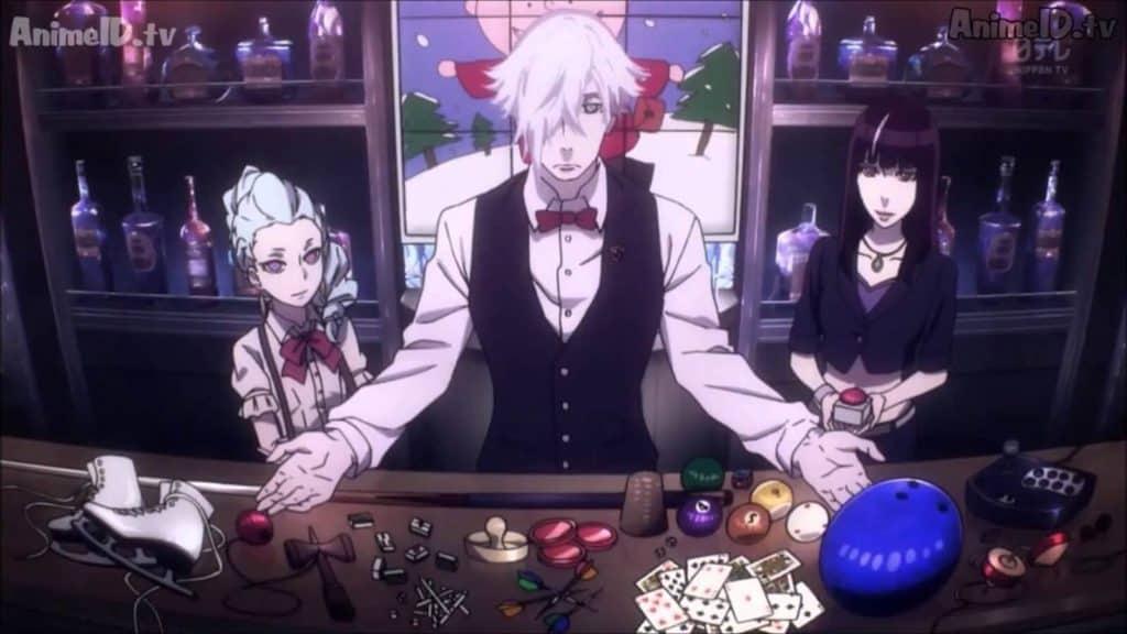 Barman de braços abertos sobre um balcão e suas assistentes uma de cada lado olhando para ele e o balcão