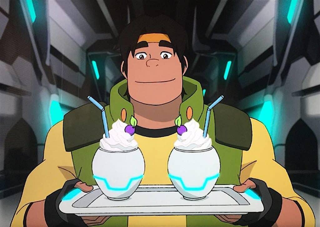 Hunk Paladino do Voltron com uma bandeja de Milk-shake