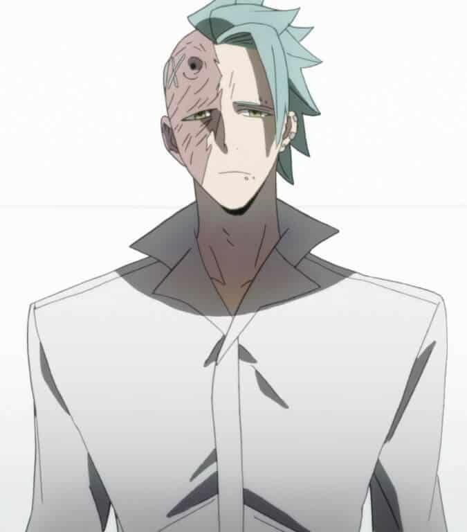 Tamotsu Fukuda usando uma roupa branca e com olhar sério