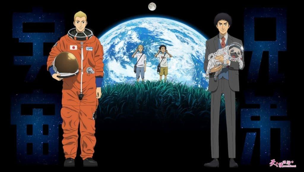 Do lado esquerdo um atranuta em uma roupa espacial laranja, do lado direito o irmão dele usando uma roupa social e segurando um cachorro com roupa de astronauta. Ao fundo os dois crianças