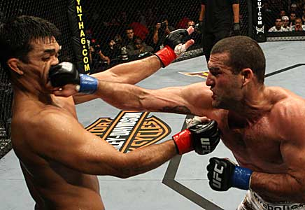 Soco no nariz sendo dado por um lutador de mma em outro lutador de mma