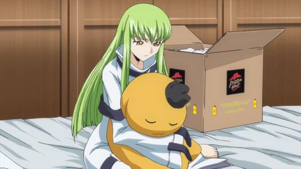 pizza hut em code geass propaganda em anime com cc abraçando um bicho de pelúcia