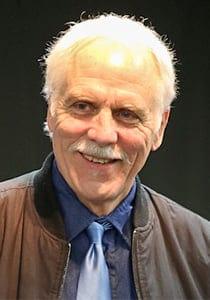 Frederik Schodt sorrindo para foto de terno