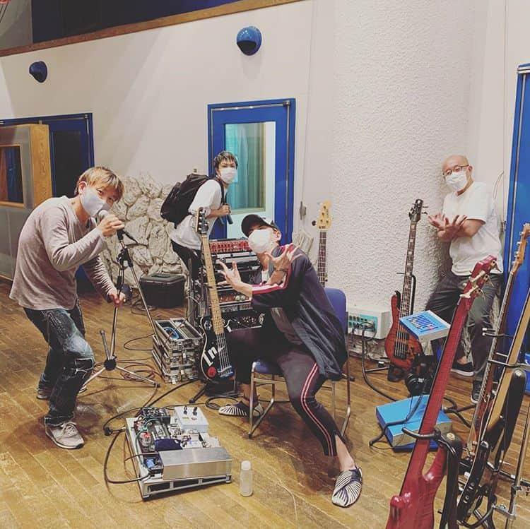 banda de yuki hayashi fazendo pose para foto em estúdio