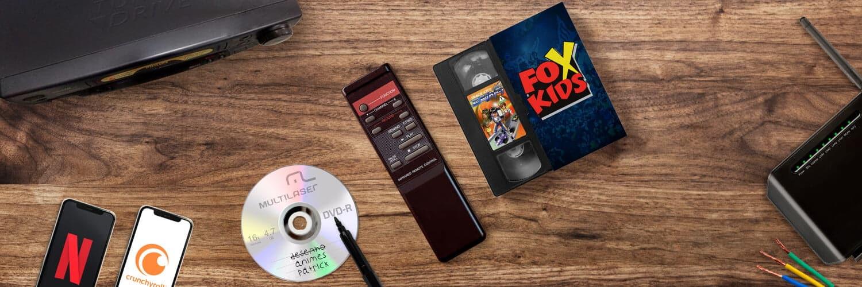 Como começar nos animes - capa com logo a fox kids, vhs, cd, e celulares em uma mesa