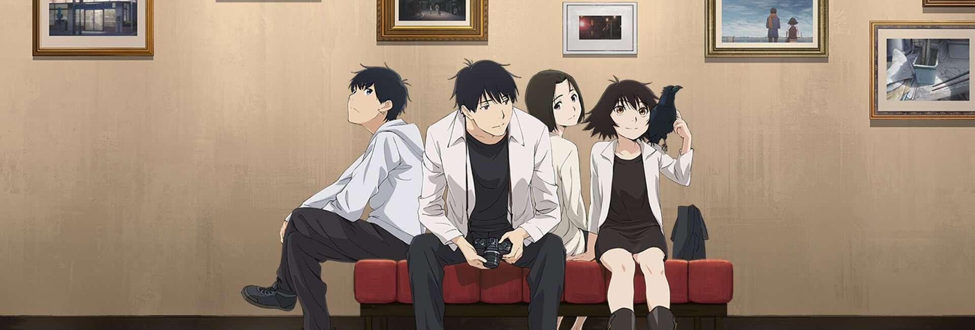 4 dos principais personagens do anime sing yesterday for me sentados em uma cadeira