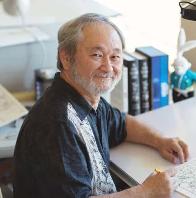 criador do coelho ronin stan sakai olhando para foto e sorrindo enquanto desenha