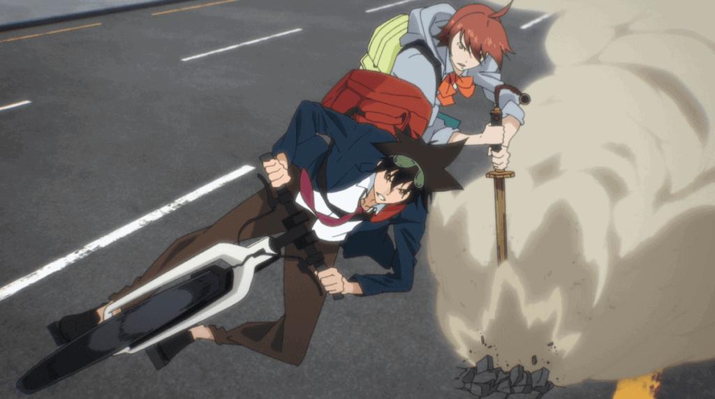 Mori e a personagem Mira perseguindo uma moto em alta velocidade, com ela utilizando a espada com atrito no chão para fazer uma curva