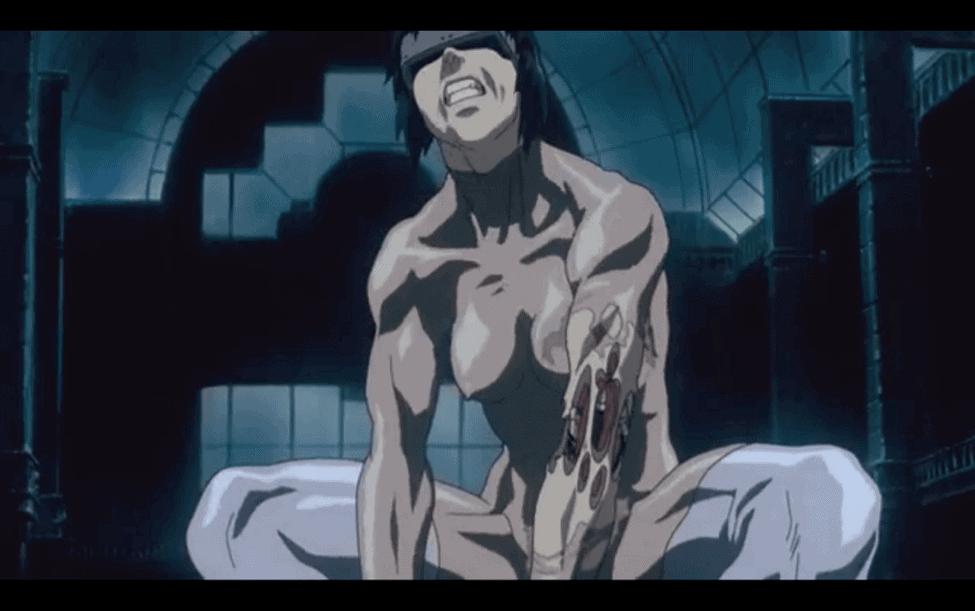 Major tentando abrir algum compartimento de um robo. Ela está pelada e seu braço está rasgando