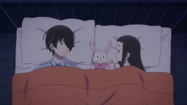 hime e gotou deitados na cama sorrindo em kakushigoto
