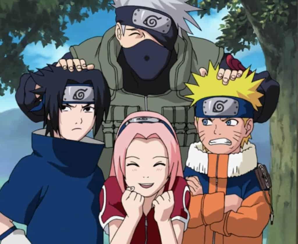naruto clássico time 7 com kakashi com a mão na cabeça deles