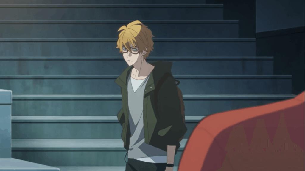 irmão do Shinozaki com cabelos loiros na frente da escada