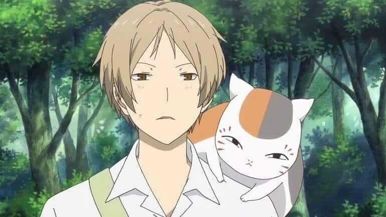 protagonista de Natsume Yuujinchou com um gato no ombro
