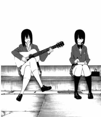 duas amigas sentadas, uma com violão na mão