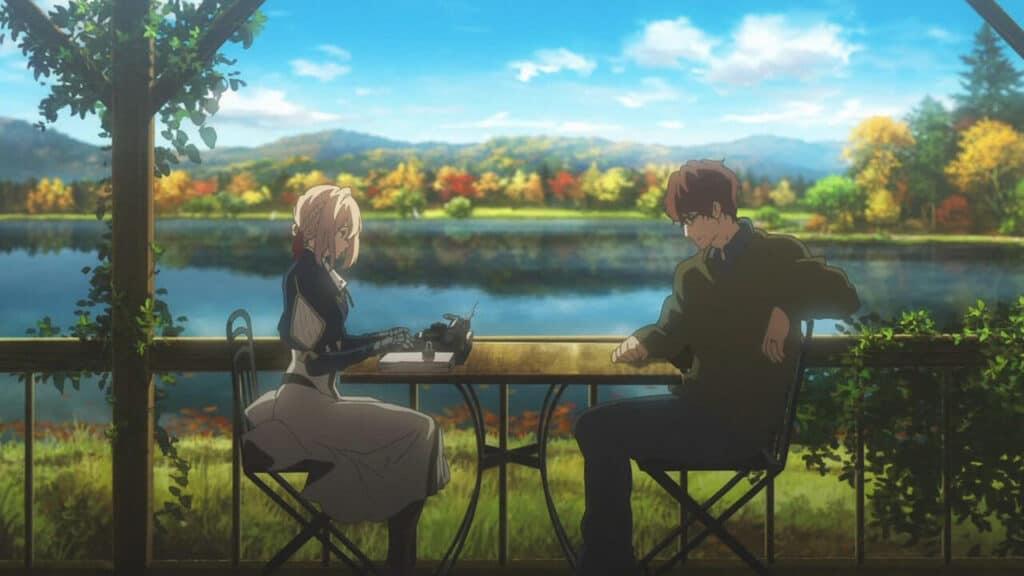 Violet sentada em uma varanda com um homem, ela redigindo uma carta