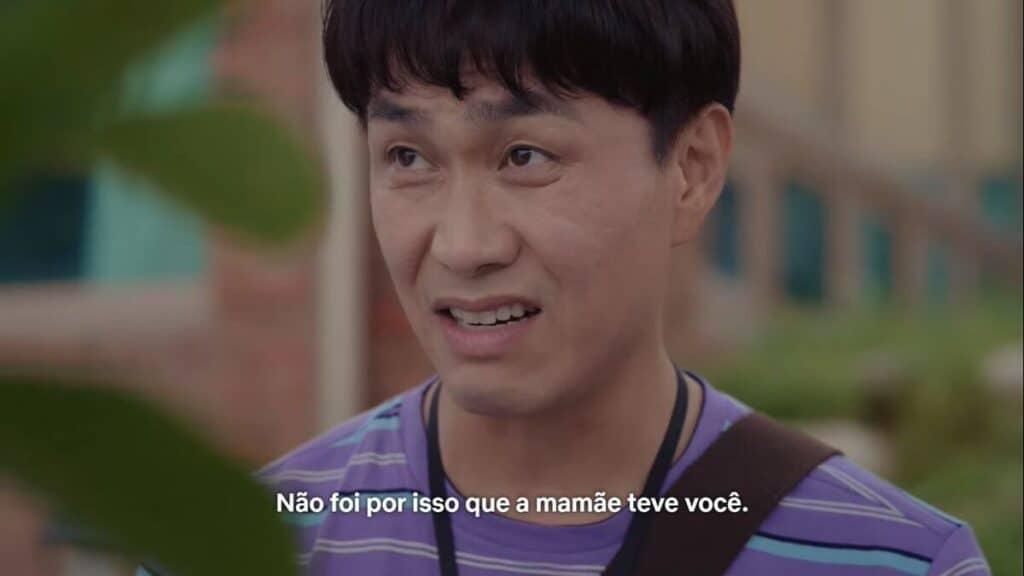 """Imagem retirada da série Its Okay To Not Be Okay de Sang-tae dizendo ao irmão """"Não foi por isso que a mamãe teve você."""""""
