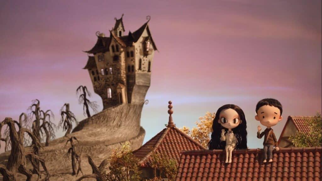 Imagem da animação do primeiro conto, com uma menina e um menino sentados no telhado e um castelo sombrio ao fundo