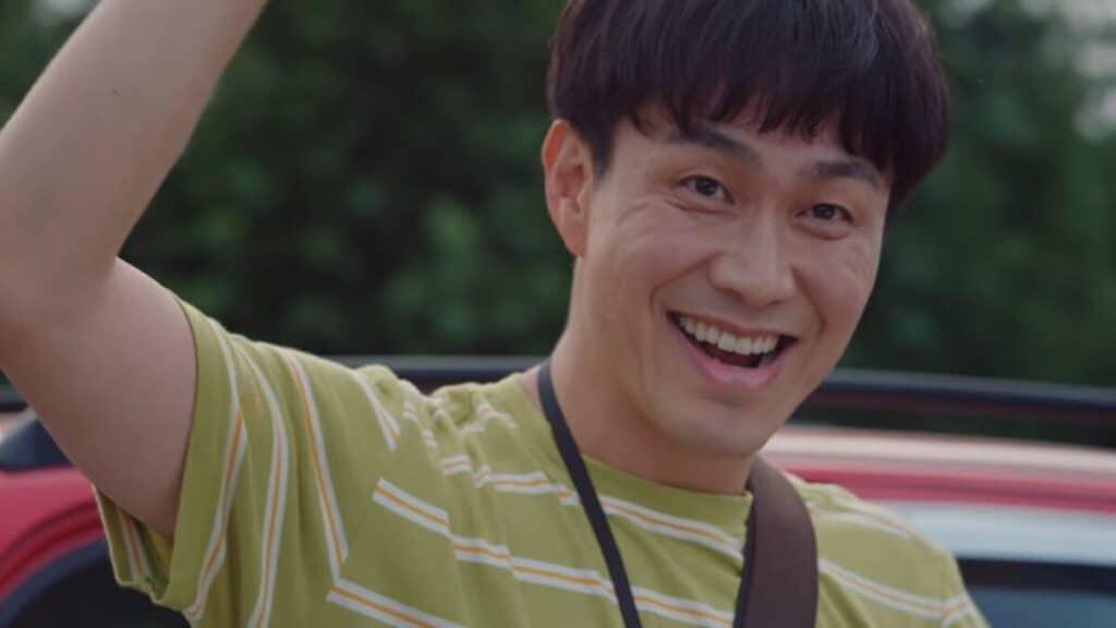 Imagem retirada da série Its Okay To Not Be Okay de Moon Sang-tae sorrindo e acenando