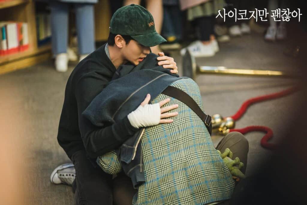 Imagem retirada da série Its Okay To Not Be Okay do Gang-tae acalmando seu irmão