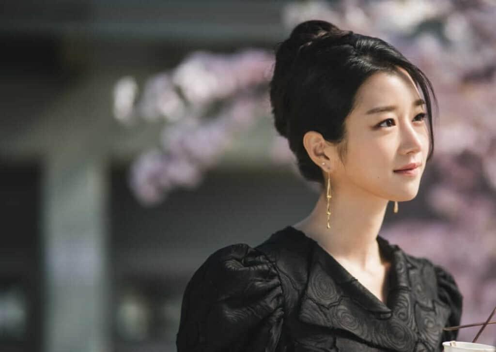 Imagem retirada da série Its Okay To Not Be Okay da Ko Mun-yeong sorrindo