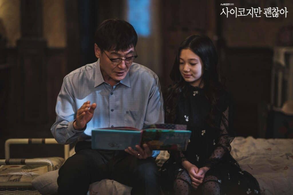 Imagem retirada da série Its Okay To Not Be Okay da Mun-yeong quando criança e seu pai lendo um conto infantil para ela