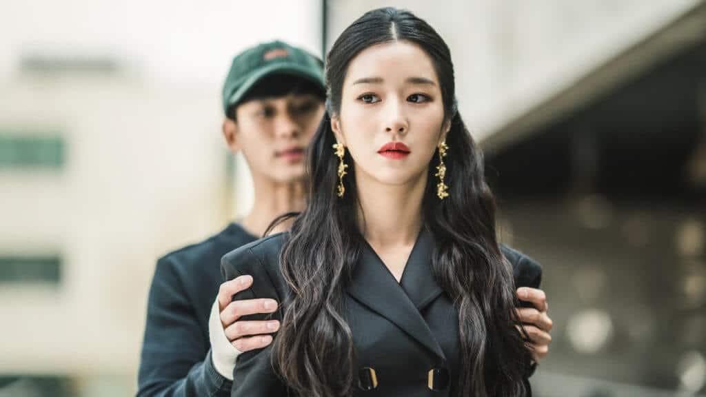 Imagem retirada da série Its Okay To Not Be Okay do Gang-tae segurando Mun-yeong