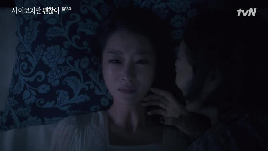 Imagem retirada da série Its Okay To Not Be Okay da Mun-yeong chorando e sua mãe ao seu lado