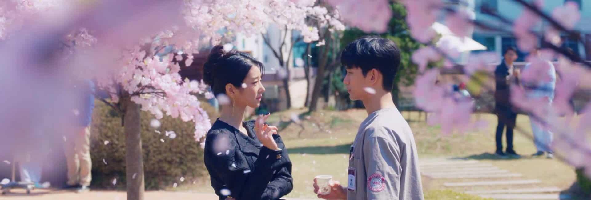 protagonistas conversando entre folhas de cerejeira em um intervalo do trabalho