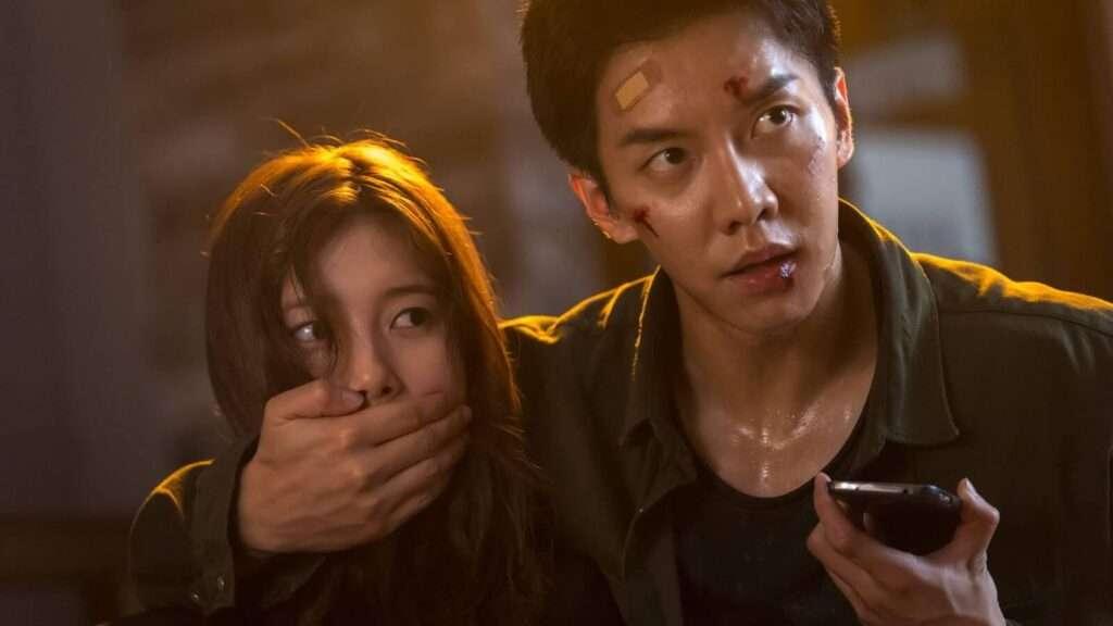 Imagem de Cha Dal ferido e tampando a boca de Go Hae Ri, segurando um celular