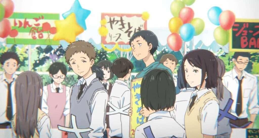 pessoas passeando na escola durante festival escolar