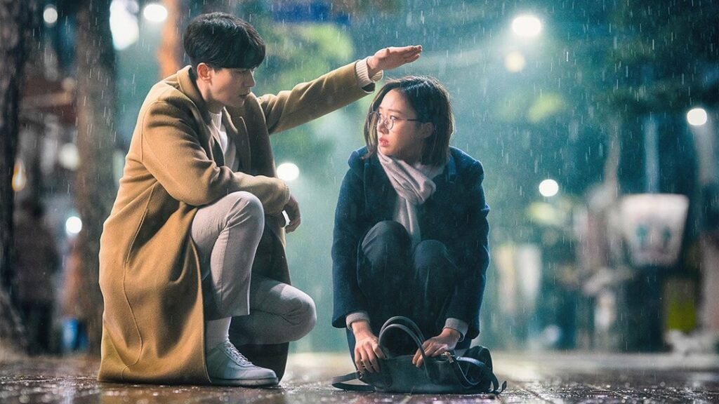 Imagem de Holo usando a mão como guarda chuva para proteger Han So