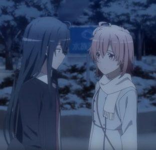 Meninas de Oregairu tristes na neve olhando uma para a outra
